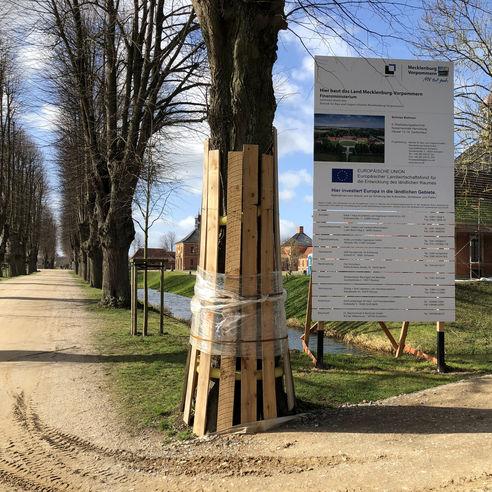 Das Baustellenschild weist die Besucher seit Beginn des Jahres auf die Arbeiten hin. © 2019 Betrieb für Bau und Liegenschaften Mecklenburg-Vorpommern