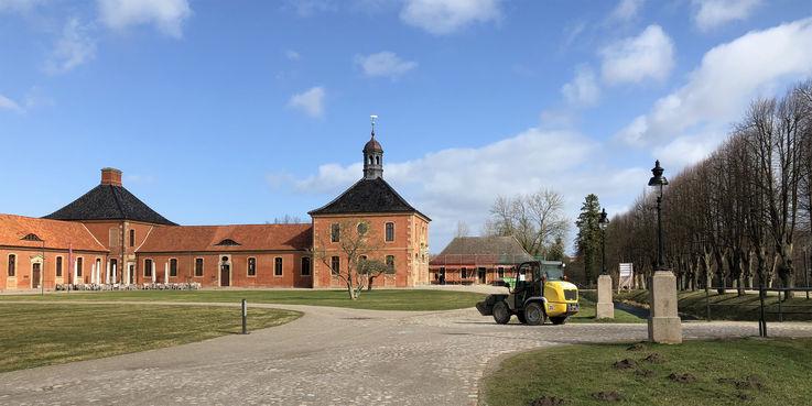 Mit schwerem Gerät geht es dem Haus 14 an das Fundament. © 2019 Betrieb für Bau und Liegenschaften Mecklenburg-Vorpommern
