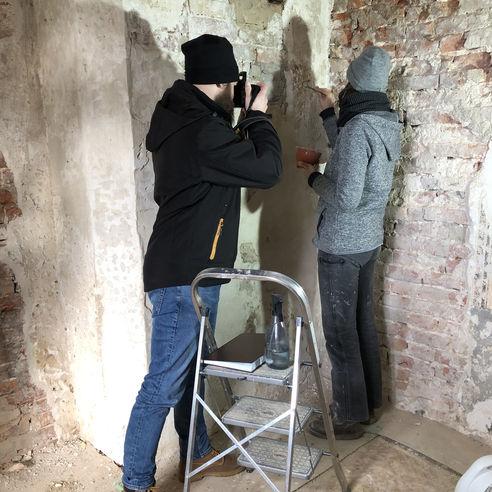 Auf die Finger geschaut: Restauratorin Karolin Wiench beim Pressetermin am 8. März 2019 auf der Baustelle. © 2019 Betrieb für Bau und Liegenschaften Mecklenburg-Vorpommern