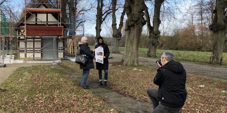 Auf der Kegelbahn - Claudia Henning (links) und Jeannette Venohr (rechts) vom BBL M-V beim Pressetermin am 8. März 2019 mit Malte Behnk von der Ostsee-Zeitung. © 2019 Betrieb für Bau und Liegenschaften Mecklenburg-Vorpommern
