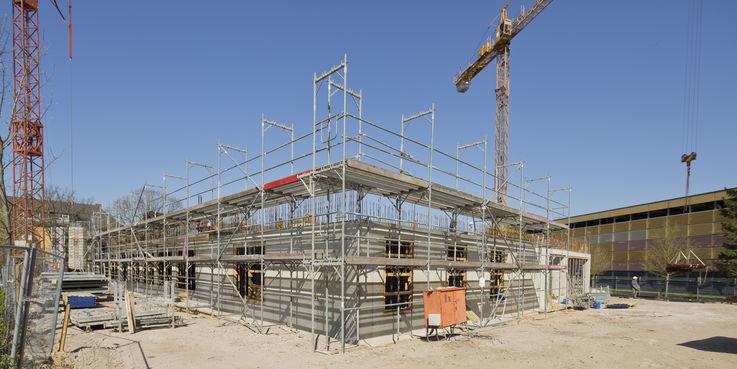 Keller und Erdgeschoss sind fast fertig  das Gerüst steht schon für das 1. Obergeschoss. Bis zum Herbst 2019 wird der Rohbau fertig sein. © 2019 Betrieb für Bau und Liegenschaften Mecklenburg-Vorpommern