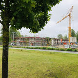 Der Kran dreht sich in der Graf-Yorck-Straße über dem Neubau. Fast 1.000 m² Nutzfläche entstehen bis Ende 2021 hier für das LAGuS. © 2019 Betrieb für Bau und Liegenschaften Mecklenburg-Vorpommern