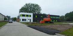 Der Neubau entsteht neben dem Seminar- und Bürogebäude  das von März 2016 bis März 2017 errichtet worden ist. © 2019 Betrieb für Bau und Liegenschaften Mecklenburg-Vorpommern