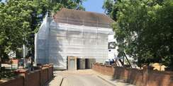 Gut verhüllt. Damit die Fassade während der Sanierung gut geschützt ist  wurde das Gerüst vollständig mit Plane bespannt. © 2019 Betrieb für Bau und Liegenschaften Mecklenburg-Vorpommern