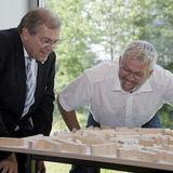Gut beobachtet: Rektor Prof. Dr. Wolfgang Schareck und Uwe Sander vom BBL M-V inspizieren das Modell mit dem Siegerentwurf. © 2019 Betrieb für Bau und Liegenschaften Mecklenburg-Vorpommern