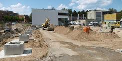Die Köcherfundamente sind fertig (links im Bild). Darin werden später die Fertigteile aus Beton eingesetzt  auf denen die Dachkonstruktion liegen wird. © Bastmann + Zavracky BDA Architekten GmbH  Rostock