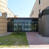 Der Neubau Notaufnahme ist durch einen 1-geschossigen Verbinder mit dem Bestand verbunden. © 2019 Betrieb für Bau und Liegenschaften Mecklenburg-Vorpommern