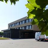 Ansicht Nord mit überdachter Krankenwagen-Zufahrt für nicht gehfähige Patienten © 2019 Betrieb für Bau und Liegenschaften Mecklenburg-Vorpommern