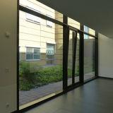 Flur im Erdgeschoss mit Blick in den begrünten Innenhof zwischen Neubau und Bestand © 2019 Betrieb für Bau und Liegenschaften Mecklenburg-Vorpommern