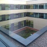 Blick vom 2. Obergeschoss in den begrünten Innenhof des Neubaus © 2019 Betrieb für Bau und Liegenschaften Mecklenburg-Vorpommern