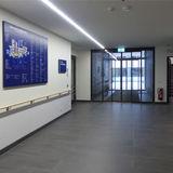 Eingangsbereich für gehfähige Patienten mit zentralem Flur und Orientierungstafel © 2019 Betrieb für Bau und Liegenschaften Mecklenburg-Vorpommern