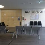 Wartebereich im Erdgeschoss für gehfähige Patienten © 2019 Betrieb für Bau und Liegenschaften Mecklenburg-Vorpommern