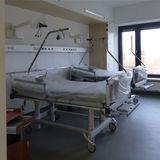 Blick in ein Krankenzimmer auf der Patientenpflegestation im Obergeschoss © 2019 Betrieb für Bau und Liegenschaften Mecklenburg-Vorpommern