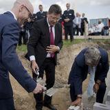 Die Kartusche mit der Zeitkapsel wird als Grundstein gelegt. © 2019 Betrieb für Bau und Liegenschaften Mecklenburg-Vorpommern