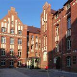 Südwestliche Hofansicht mit neuem Haupteingang © 2018 Betrieb für Bau und Liegenschaften Mecklenburg-Vorpommern