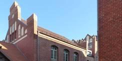 Ziergiebel Westflügel  im Hintergrund der Neubau Westverbinder mit anschließendem Hörsaaltrakt © 2018 Betrieb für Bau und Liegenschaften Mecklenburg-Vorpommern