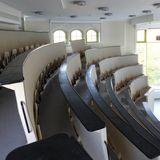 Der vorhandene historische Hörsaal wurde tischler- und malermäßig saniert sowie technisch aufgerüstet. © 2018 Betrieb für Bau und Liegenschaften Mecklenburg-Vorpommern