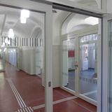 Blick in den Erdgeschoss-Flur mit taktiler Wegeführung © 2018 Betrieb für Bau und Liegenschaften Mecklenburg-Vorpommern