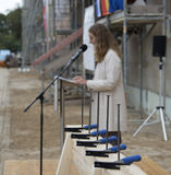 Bildungsministerin Bettina Martin freut sich über das Gebäude  in dem nach seiner Fertigstellung 2021 die wertvollen Bestände eingelagert werden können. © 2019 Betrieb für Bau und Liegenschaften Mecklenburg-Vorpommern