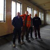 Haben den Durchblick - Maik Hinkel (2. v. r.) baut mit seinen Angestellten die Fenster in den Rohbau ein. © 2019 Betrieb für Bau und Liegenschaften Mecklenburg-Vorpommern