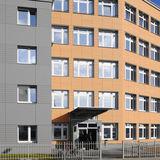 sanierte Fassade des Verwaltungs- und Laborgebäudes mit Haupteingang © 2019 Betrieb für Bau und Liegenschaften Mecklenburg-Vorpommern