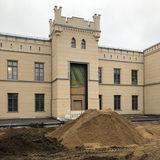 Sowohl die Außenanlagen als auch der Innenausbau schreiten voran. © 2019 Betrieb für Bau und Liegenschaften Mecklenburg-Vorpommern
