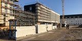 Der Neubau wächst weiter - die Fassade  aus Fertigteilen aus speziellem weißen Beton ist fast fertig. © 2019 Betrieb für Bau und Liegenschaften Mecklenburg-Vorpommern