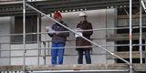 Von oben herab - Zimmermann Michael Blohm von der Peene Bau GmbH verlas den Richtspruch in Begleitung von Carola Topp  Projektleiterin des SBL Rostock. © 2020 Christian Hoffmann  Finanzministerium Mecklenburg-Vorpommern