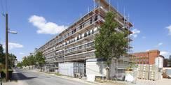 Der Richtkranz wurde am 12. August 2019 gefeiert. Bis 2021 wird das Gebäude an der Brinkstraße fertig sein. © 2019 Betrieb für Bau und Liegenschaften Mecklenburg-Vorpommern