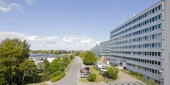 Aufstellung! Blick auf die West-Fassade des Behördenzentrums an der Neustrelitzer Straße im September 2019. © 2019 Betrieb für Bau und Liegenschaften Mecklenburg-Vorpommern