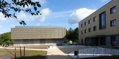 Blick von der Rudolf-Petershagen-Allee auf das neue URZ - links das Rechnergebäude  rechts das Seminar- und Verwaltungsgebäude © 2020 SBL Greifswald