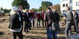 Stephan Aufdermauer (2. v. r.) leitet das SBL Greifswald und informiert mit Projektleiterin Sina Stüwe (li.) über das Bauprojekt. © 2020 SBL Greifswald