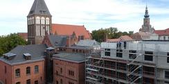 Der Neubau mit dem vorhandenen Grundbuchamt und dem Amtsgericht. (von rechts nach links) Das 3. Obergeschoss des Neubaus und des bestehenden Grundbuchamtes wird als Staffelgeschoss ausgeführt. © 2020 SBL Neubrandenburg