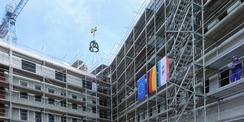 Die Richtkrone schwebt über dem Gerichtsgebäude. © 2020 SBL Neubrandenburg