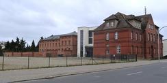 Blick auf das Areal aus nordöstlicher Richtung. Vorn rechts das Haus 1  unsaniert  vor Beginn der Arbeiten im Jahr 2018 © 2018 Betrieb für Bau und Liegenschaften Mecklenburg-Vorpommern