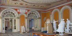 Blick in den Gelben Saal – Die demontierten Skulpturen werden sicher verpackt. © 2020 SBL Neubrandenburg