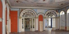 Blick in den Roten Saal mit den Feuchteschäden im Sockelbereich. © 2020 SBL Neubrandenburg