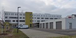 Hofansicht mit Carport- und Garagenanlage © 2020 SBL Greifswald