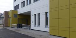 Hofseite mit Blick auf die Durchfahrt mit Schrankenanlage © 2020 SBL Greifswald