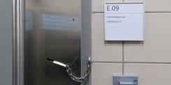Zellentür im Gewahrsamsbereich - Sicherheit wird im Neubau garantiert © 2020 SBL Greifswald