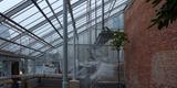 Warmhaus und Cycadeenhaus lehnen sich mit ihren Pultdächer an den backsteinsichtigen Sozialtrakt an  der für alle drei Gewächshäuser die Rückwand bildet. © 2020 SBL Greifswald