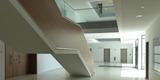 Foyer im Erdgeschoss mit zentralem  über alle Etagen offenem Treppenhaus © 2020 Staatliches Bau- und Liegenschaftsamt Greifswald