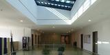 Ein Oberlicht über dem Zentralen offenen Treppenhaus sorgt für natürliche Belichtung in allen Geschossen © 2020 Staatliches Bau- und Liegenschaftsamt Greifswald