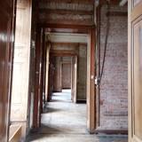 Blick durch die Türenrahmen. Die Türen werden aufwendig restauriert. © 2021 SBL Schwerin
