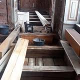 Blick unter den Fußboden. Die Geschossdecken müssen ertüchtigt werden. © 2021 SBL Schwerin