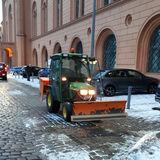 Der Winterdienst hat viel zu tun  hier vor dem Innenministerium. © 2021 SBL Schwerin