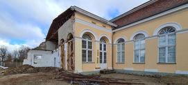 Bereich der ehemaligen Küche mit Fragmenten des Küchenanbaus  die beiden verglasten Fenster sollen wieder für die Laube geöffnet werden. © 2021 SBL Neubrandenburg