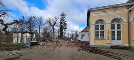 Hier soll wieder eine offene Laube mit massiver Pergola zwischen dem Gebäude und dem Oktogon (links) entstehen. © 2021 SBL Neubrandenburg
