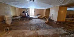 nichts lässt den Blauen Saal im Mittelrisalit erahnen – Wände sind mit Spanplatten geschützt und die Deckenbespannung ähnelt einer  Jurte  © 2021 SBL Neubrandenburg