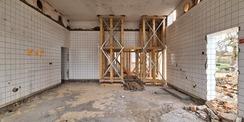 In der ehemaligen Küche wird die Decke zurzeit mit einer Holzkonstruktion gesichert. © 2021 SBL Neubrandenburg